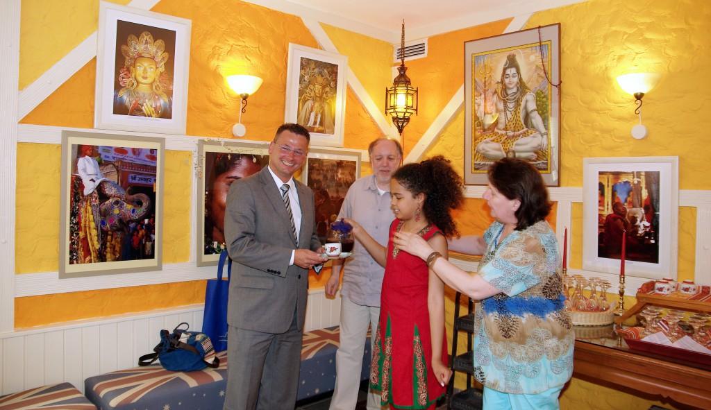 Melina, die Nichte von Maximilian und Gisela Schartner, reichte on der neuen Lounge dem Zweiten Bürgermeister Dr. Hans-Peter Neumann eine Tasse des vorzüglichen grünen Tees.