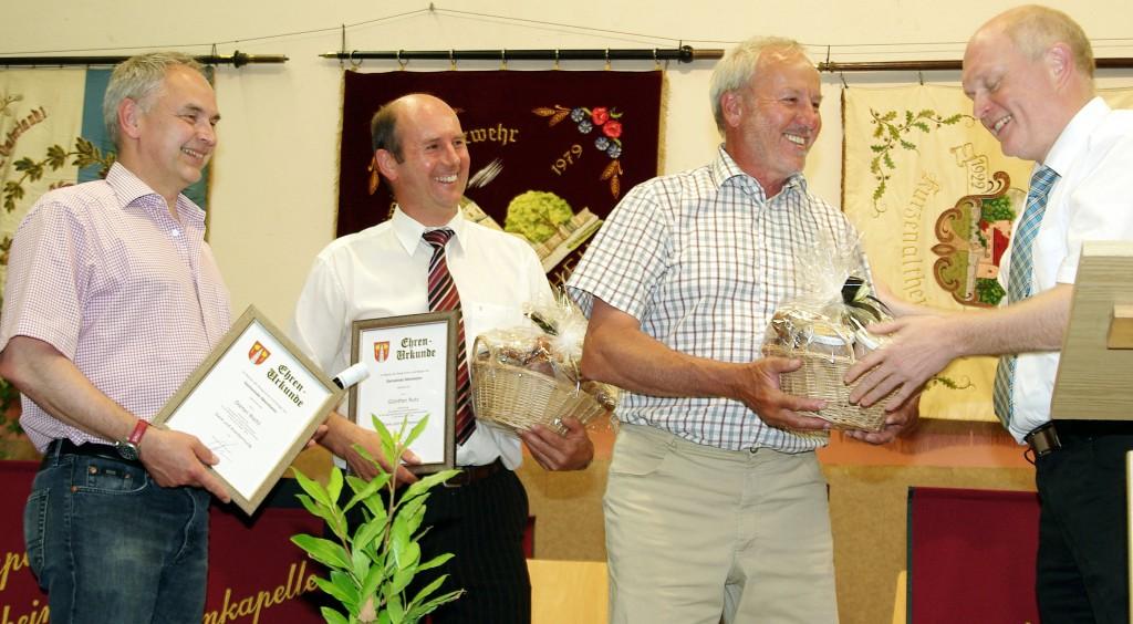 Dieter Riehl, Günter Rutz und 2. Bürgermeister Herbert Riehl durften Geschenke entgegennehmen.