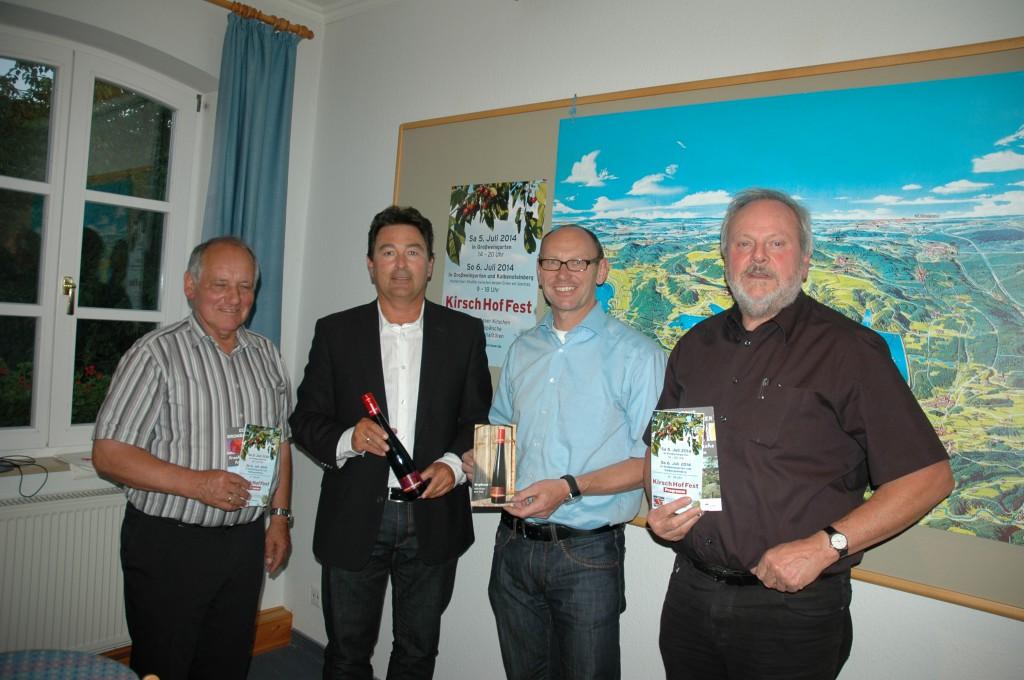 Vorsitzender Fritz Walter (links) mit Spalts Bürgermeister Udo Weingart, dem Absberger Bürgermeister Helmut Schmaußer und Otto Ringler aus Großweingarten.