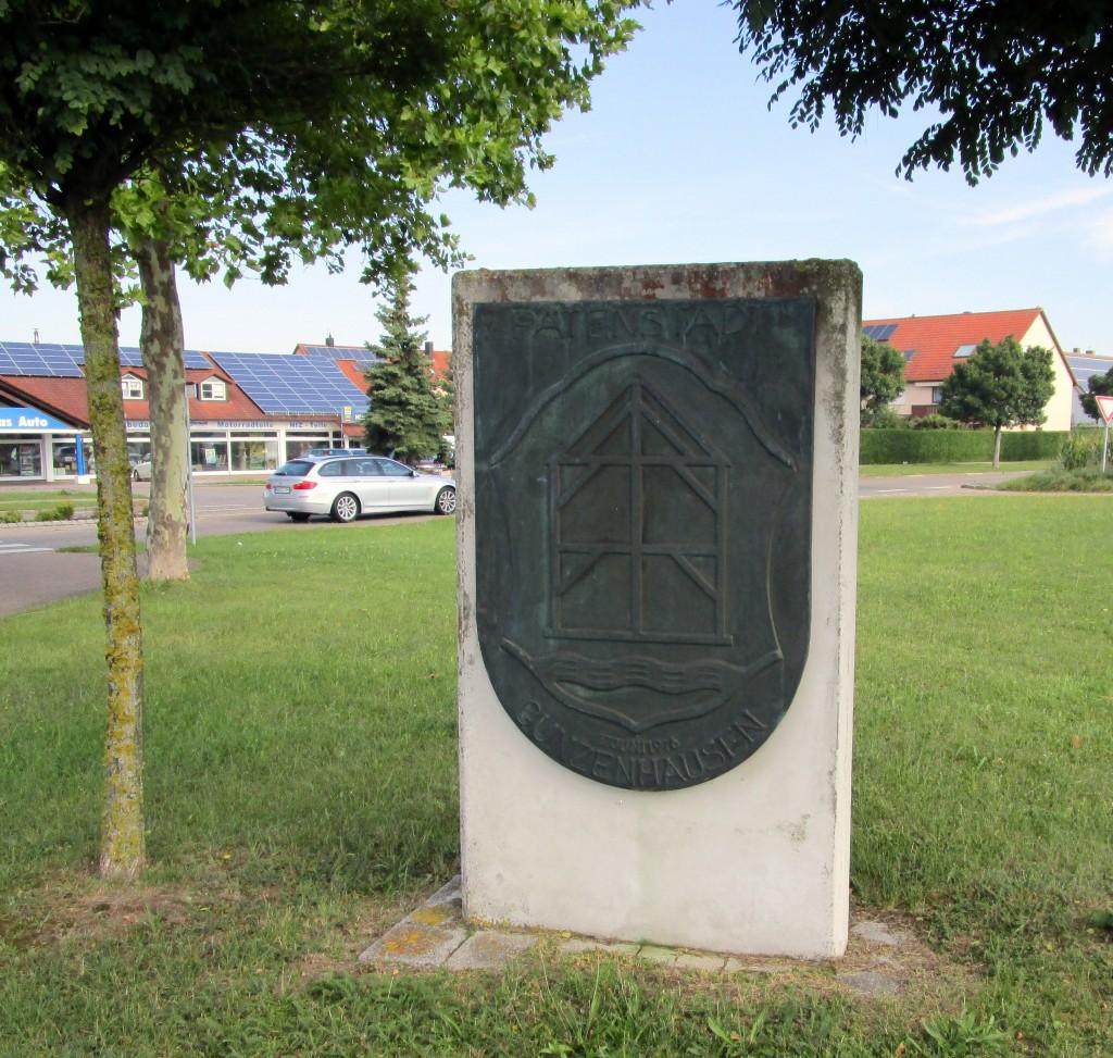 """Zur Erinnerung an die Patenschaft Gunzenhausens zum Panzerbataillon und Standort Heidenheim steht am Süd-Kreisel"""" dieseTafel. Sie ist schwer lesbar."""