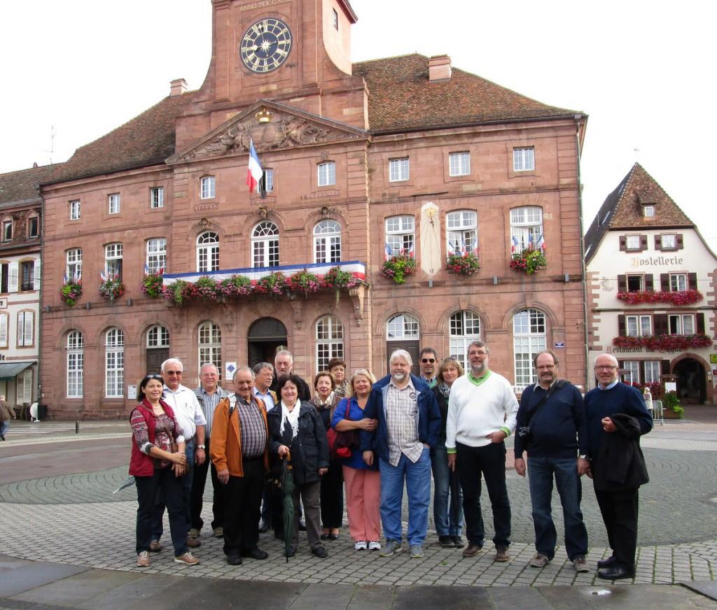 Die Bürgermeister aus dem Landkreis vor dem historischen Rathaus in Wissembourg.  Foto: FR Presse