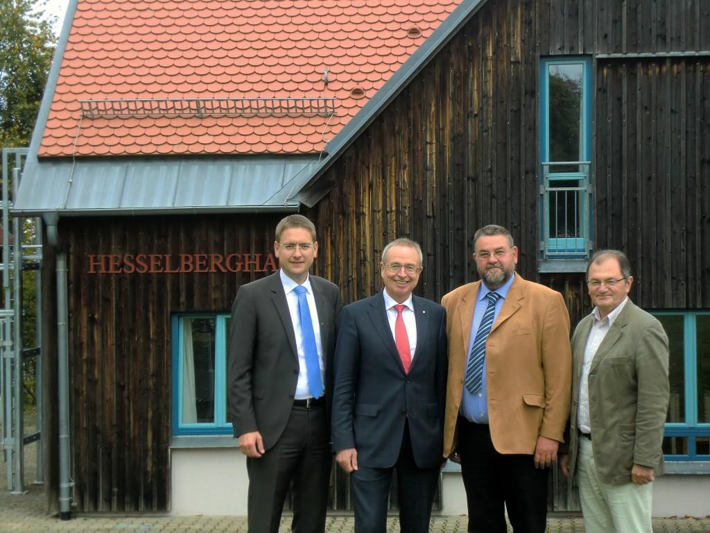 Freuten sich über die Spendenübergabe (v.l.n.r): Landrat Dr. Jürgen Ludwig, Direktor Werner Schmiedeler, Pfarrer Christoph Seyler und Geschäftsführer Wolfgang Wagner.