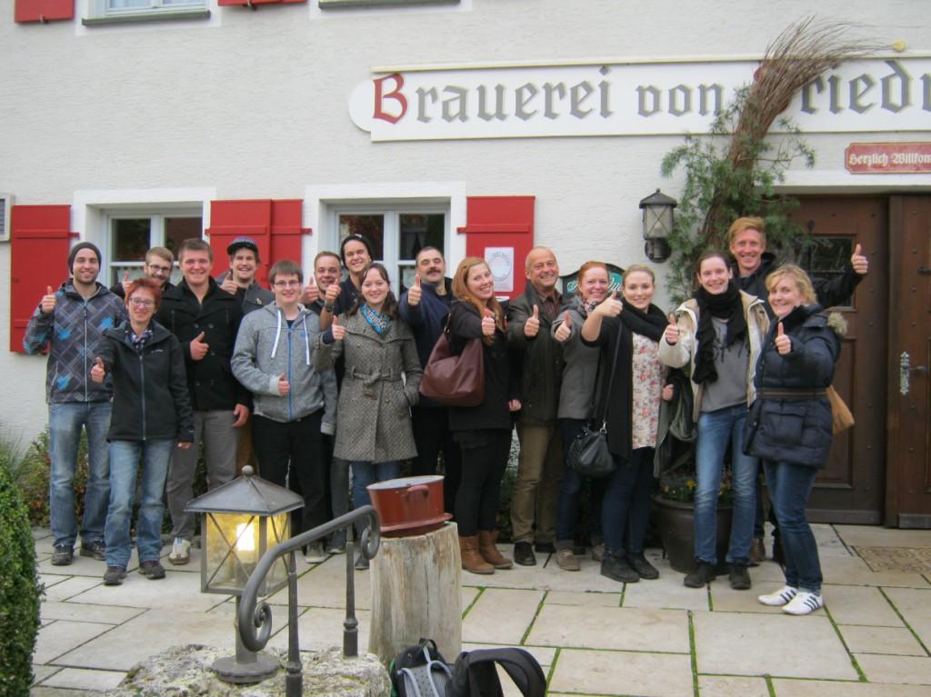 Die Auszubildenden des Brauhauses zusammen mit Personalleiterin Monika Steidle, Ausbildungsleiter Technik Jürgen Reiß und Braumeister Ludwig Metz.