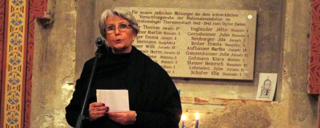 Vorsitzende Sigried Atzmon vor der Tafel mit den Namen der Opfer.