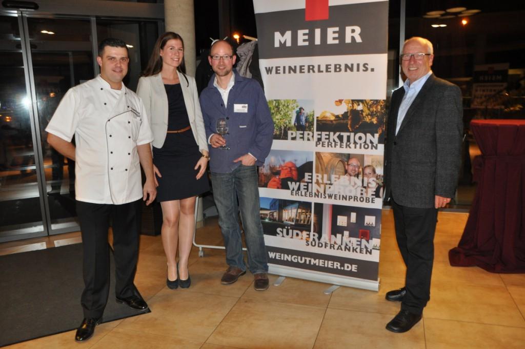 """Bäckermeister Alexander Herzog und Winzer Markus Meier sowie Stadtrat Werner Falk (""""Falk-Report"""") mit der neuen Seenlandkönigin Miriam Seelig."""
