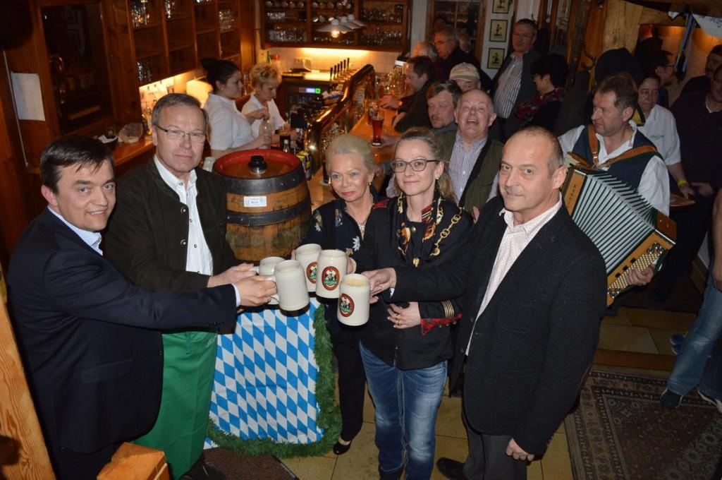 Bester Laune beim Starkbieranstich waren die Musiker Karl Ellinger und Claus Jessen mit Bürgermeister Günther Babel, Ingrid Kollmar, Pia Kollmar und Jens Korn (von links)