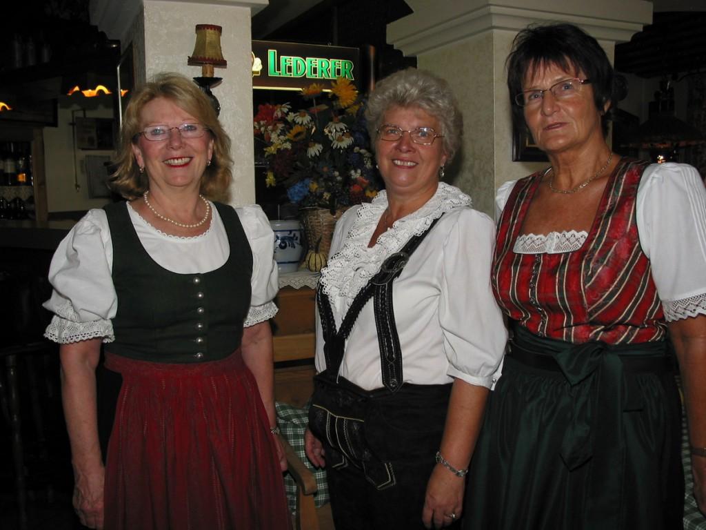 """Erika Wüst (links), die Chefin des Gunzenhäuser Traditionsgasthauses """"Altes Rathaus"""", mit ihren Servicedamen Inge Megerlein und Gerlinde Mühlroth."""
