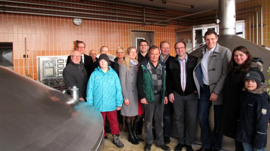 Die Wirtschaftsjunioren mit ihren Vorsitzenden Stefan Meier (rechts) und Stefan Kühleis (Zweiter von links) waren der Einladung von Brauereichef Werner Gloßner (Mitte) gefolgt.  Foto: FR Presse