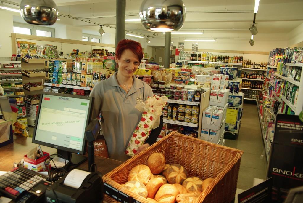 Cornelia Meyer führt mit ihrem Team den Dorfladen Absberg.