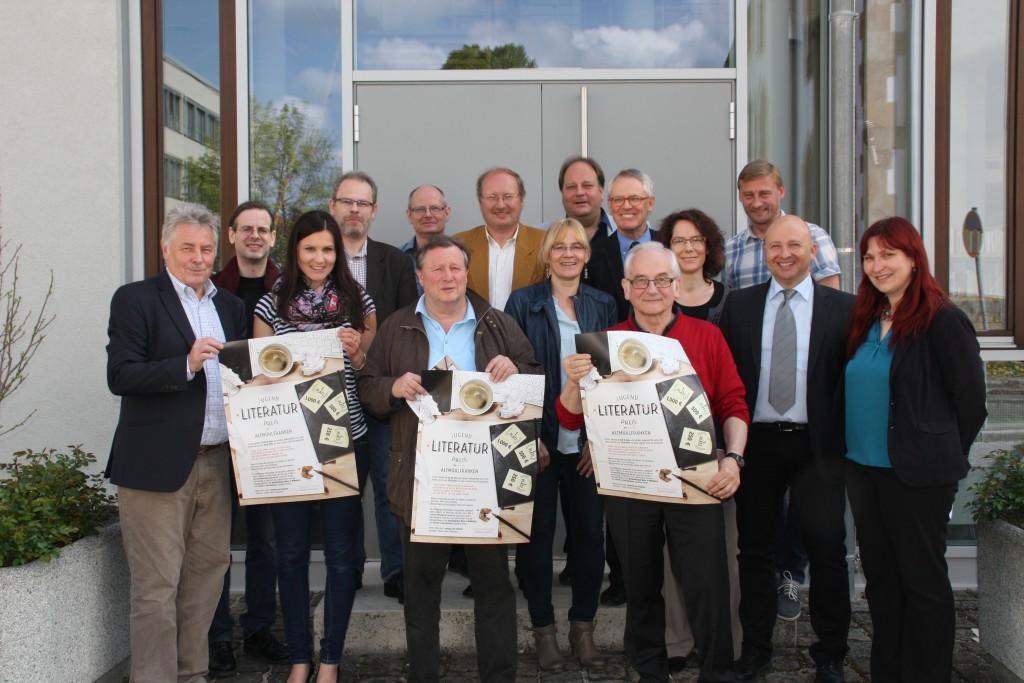 wir haben heute in der Stadtbibliothek Weißenburg den Jugendliteraturpreis Altmühlfranken 2015 offiziell vorgestellt und damit auch die Ausschreibungsfrist eröffnet, die bis zum 30. September 2015 laufen wird.