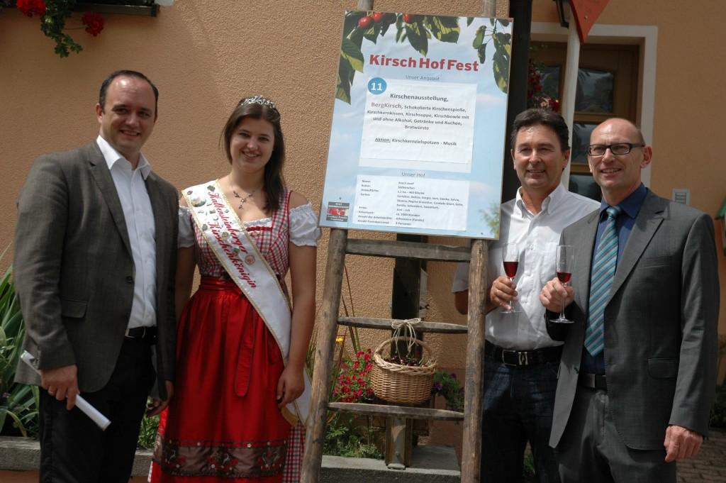 Das Kirchhoffest in Kalbensteinberg und Großweingarten  finden die Bürgermeister Schmaußer, Weingart (rechts) und Mdl Westphal sowie die Kirschenkönigin gut.