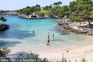Der Strand Cala Mitjana im Osten der Insel