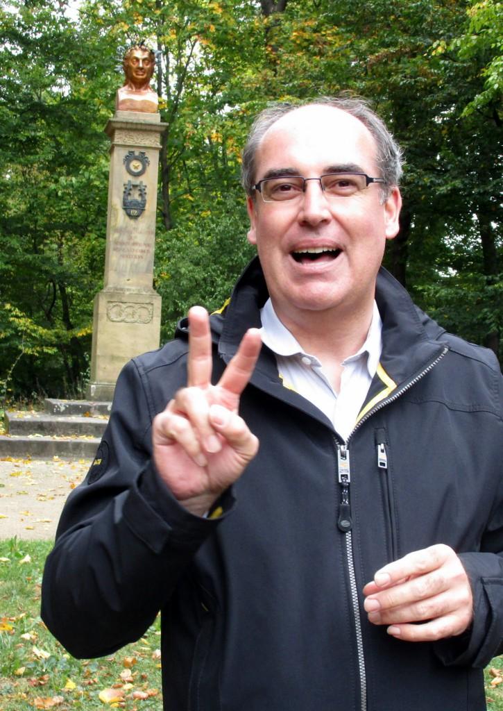 Historiker Alexander Biernoth vor dem Uz-Denkmal
