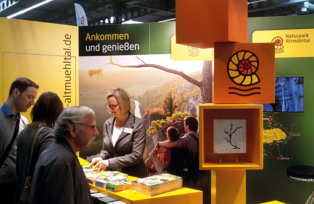 Heike Baumgärtner, die stellvertretende Leiterin, am Stand des Naturparks.