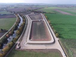 Per Leitung kommt das Wasser mit den Sedimenten in die beiden Becken. Foto: Wasserwirtschaftsamt Ansbach