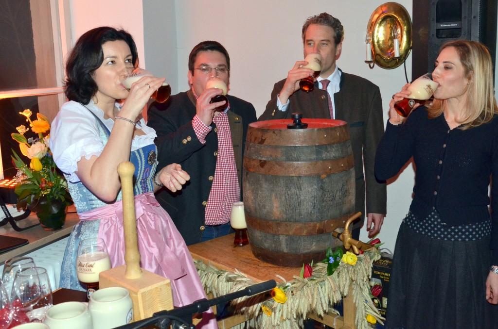 Staatssekretärin Dorothee Bär, Braumeister Mützel, Fürst Christian Carl und Fürstin Katalin probierten als erste den Josefibock.