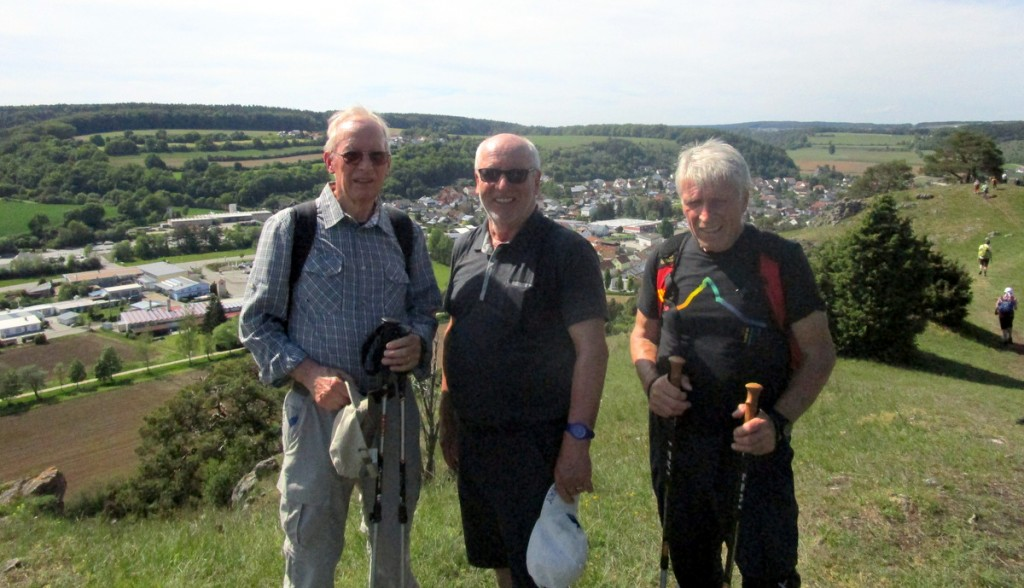 Die letzte Wanderung unter der Leitung von Horst Jädicke führte in das Urdonautal bei Dollnstein (Hintergrund). Vorne Hans Meckel, Werner Falk und Karl-Heinz Kmiekowski.