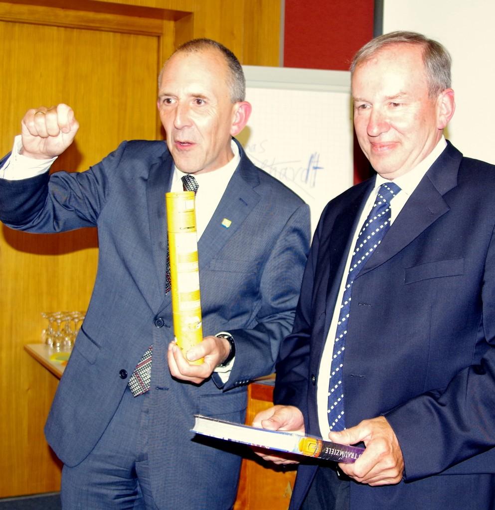 Thomas Geilhardt verabschiedete seinen Vorgänger Günther Hagenheimer mit einem Präsent.