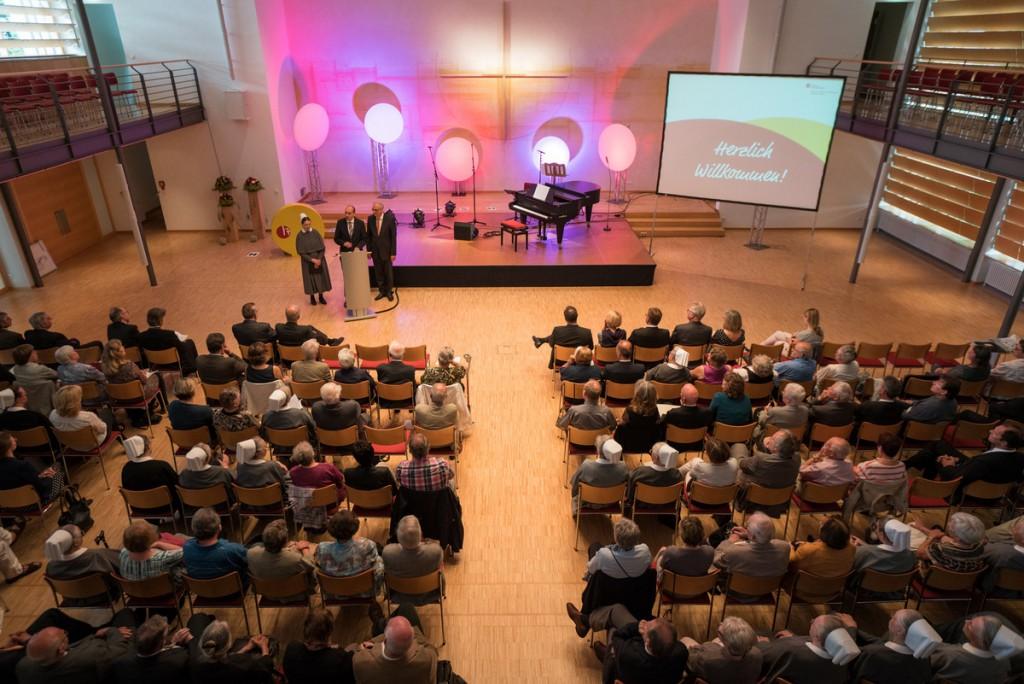 Team-Saal: Der Vorstand der Stiftung Hensoltshöhe, Diakonisse Marion Holland, Burkhard Weller und Prof. Dr. Eberhard Hahn (von links nach rechts), begrüßt die Besucher und Besucherinnen.