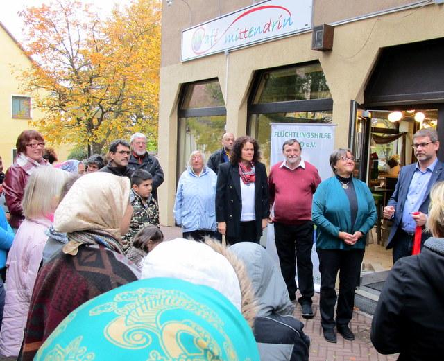 """Bürgermeister Fitz eröffnete das """"Cafe mittendrin"""". Links Veronka Ortegel, das Betreiberpaar G. Göllern und S. Längfelder."""