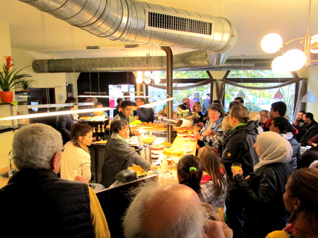 """Eine multikulturelle Begegnungsstätt ist das """"Cafe mittendrin""""."""