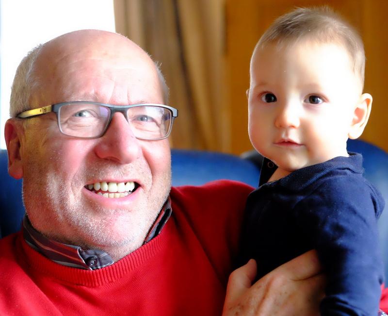 Mit Enkelsohn Max geht Stadtrat Werner Falk optimistisch in das neue Jahr